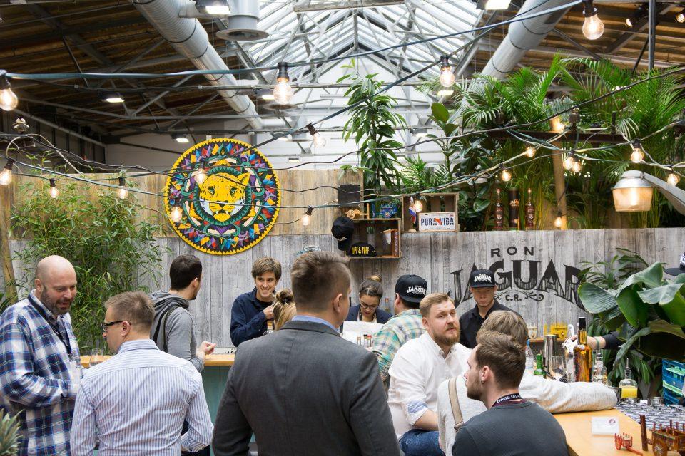 RON Jaguar Messeauftritt auf der Bar Convent Berlin 2017 durch Handwerk+Design, Messebesucher