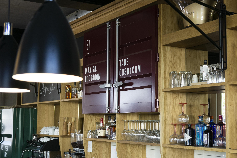 handwerkplusdesign hafendomizil in berlin, restaurant, interior, fernseher verkleidung, türen